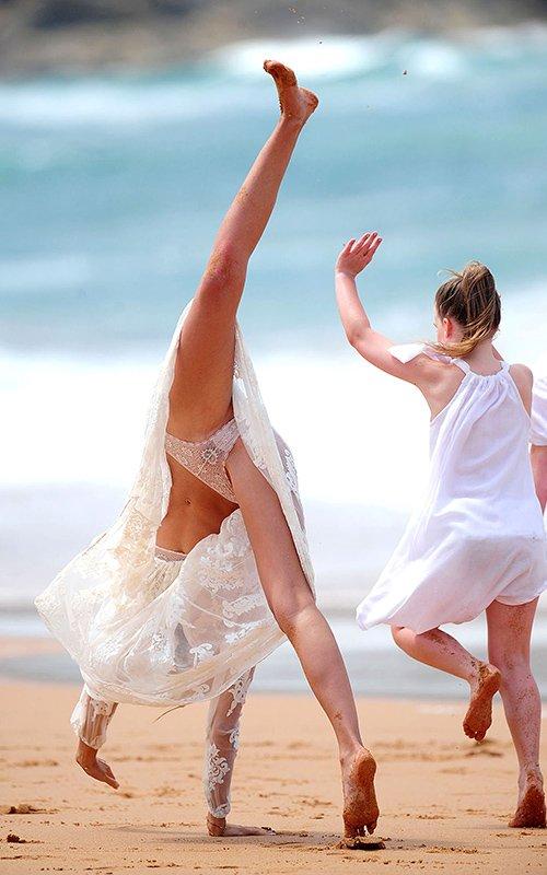 Miranda-Kerr-Beach-1