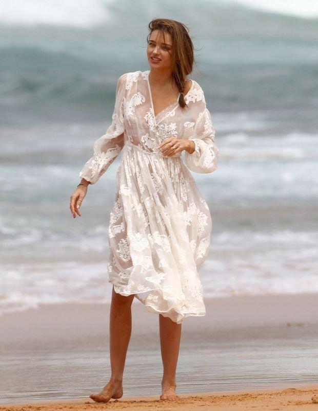 Miranda-Kerr-Beach-2